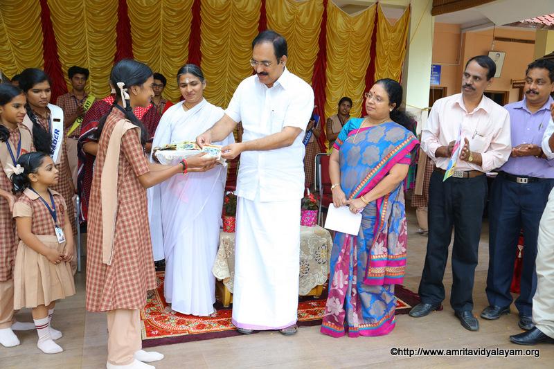 Distributing Seeds For A Green World Amrita Vidyalayam Thrissur